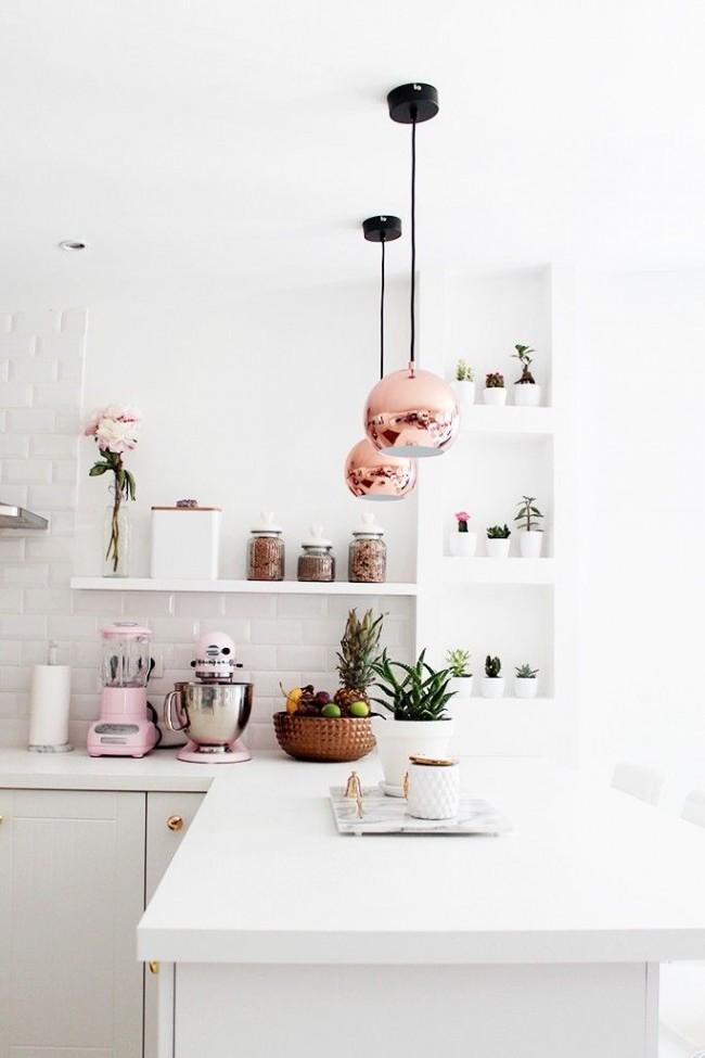 Светлые стены, потолки и мебель максимально увеличит пространство кухни