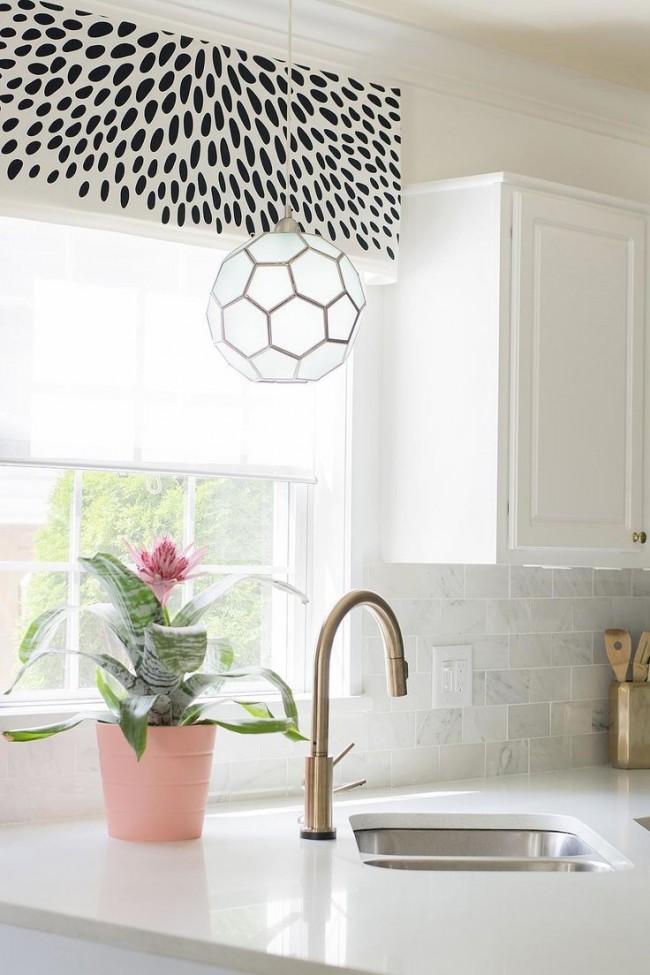 Стильные рулонные шторы в кухне