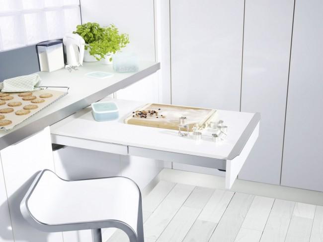 Удачно встроенный столик поможет сэкономить пространство в кухне