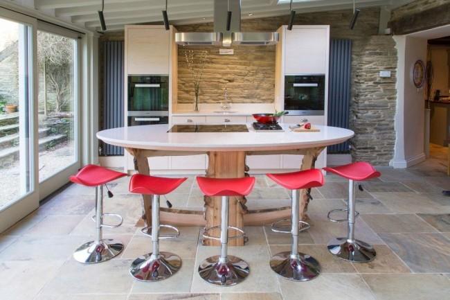 Стильная кухня с контрастными барными стульями