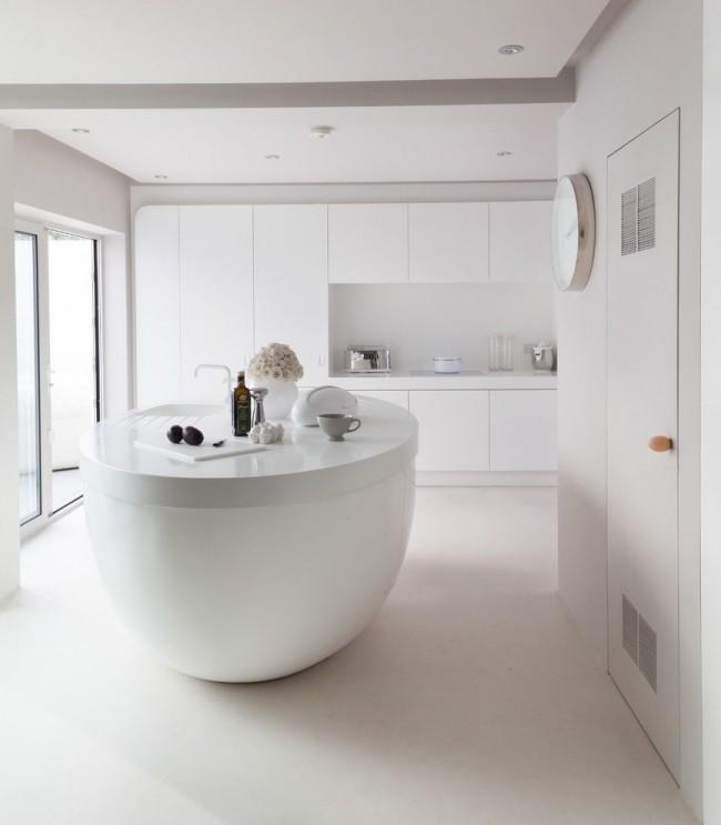 Минималистичная белая кухня с островом овальной формы