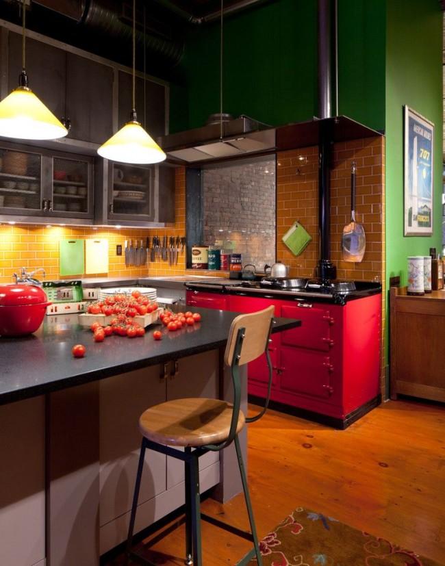 Яркая кухня в индустриальном стиле с прямоугольным островом