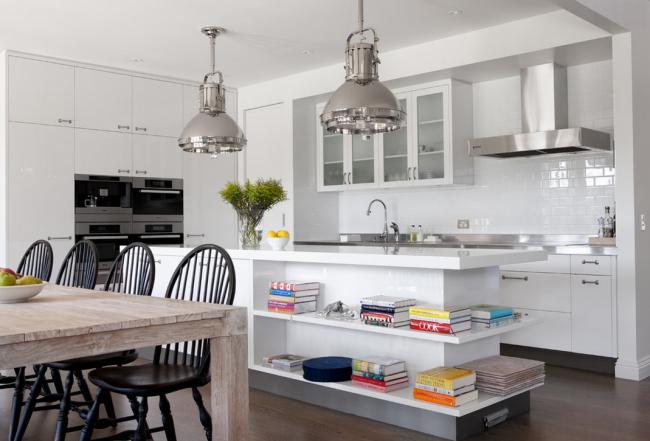 Полки для книг на островной части кухни хорошо подойдут для кухни-студии