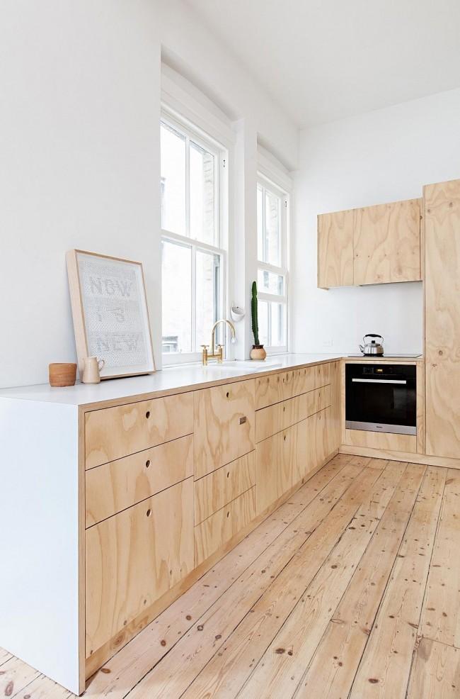 В некоторых случаях не следует бояться удлинять и без того узкую кухню. Обилие света и демонстрация натуральных материалов светлых оттенков это вполне позволяет
