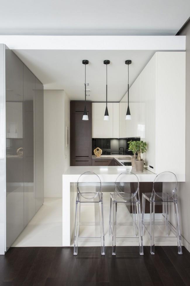 Даже в стандартной кухне можно спрятать трубы газовых коммуникаций и вытяжки в подвесную гипсокартонную конструкцию под потолком. Эта же конструкция может выполнять функцию визуального зонирования кухни на рабочую и столовую зону