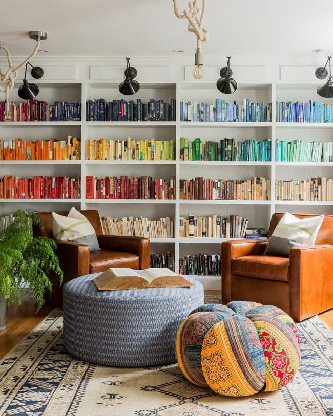 Домашняя библиотека - одно из мест в доме где можно расслабиться и побыть с собой наедине. Для полной релаксации понадобятся мягкие пуфы и легкие мысли