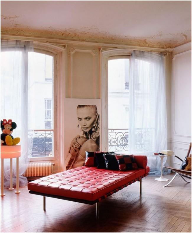 Если места для дивана откровенно жаль, его с успехом можно заменить оттоманкой с подлокотниками или без, набросать на нее маленьких подушек — и пусть каждый садится так, как ему хочется. К тому же этот предмет мебели можно разместить в центре комнаты