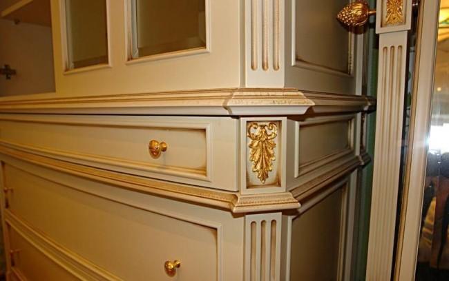 Патина золотого цвета на светлой классической мебели