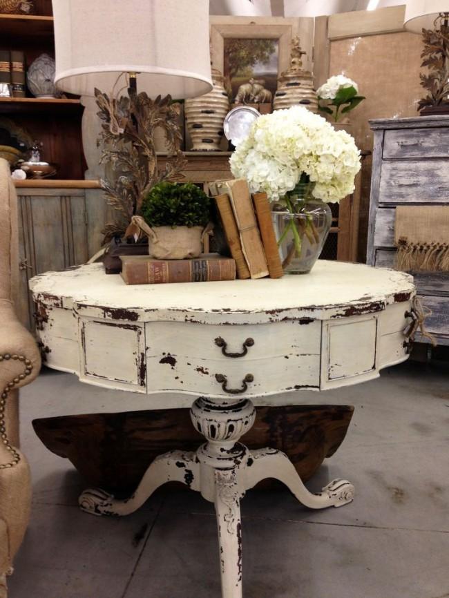 Подобный состаренный столик станет украшением комнаты в классическом стиле или стиле прованс