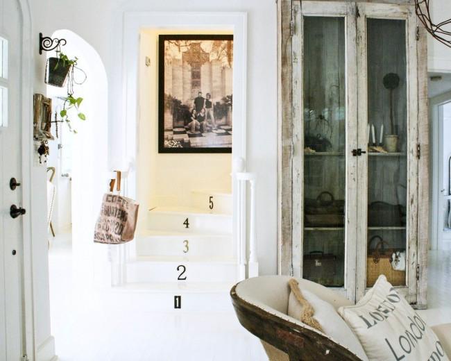 Состаренный шкаф в современном интерьере