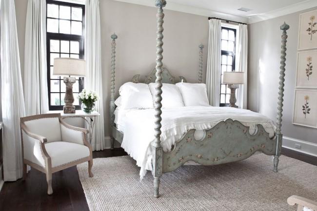 Деревянная кровать с патиной