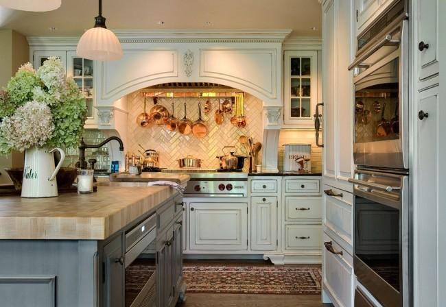 Классическая кухня с патиной на деревянной мебели