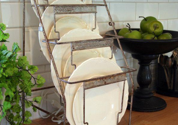 Данная сушилка для посуды хорошо впишется в интерьер стиля кантри или лофт