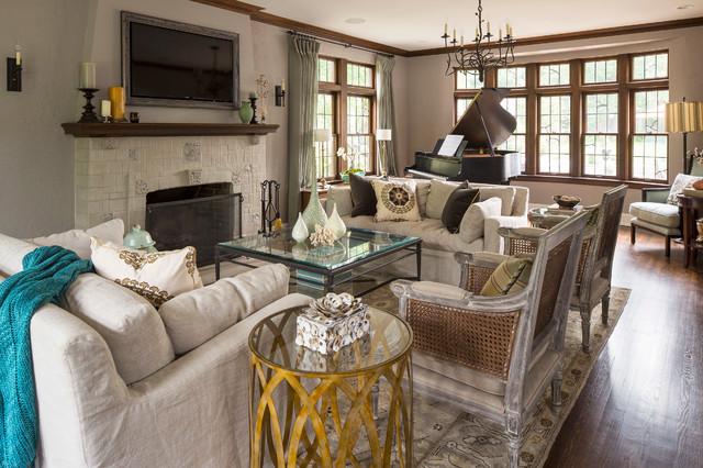 Классическая гостиная с деревянными креслами, покрытыми патиной