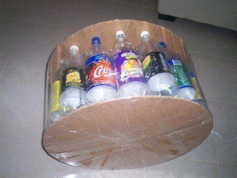 Плотно соедините бутылки с основанием