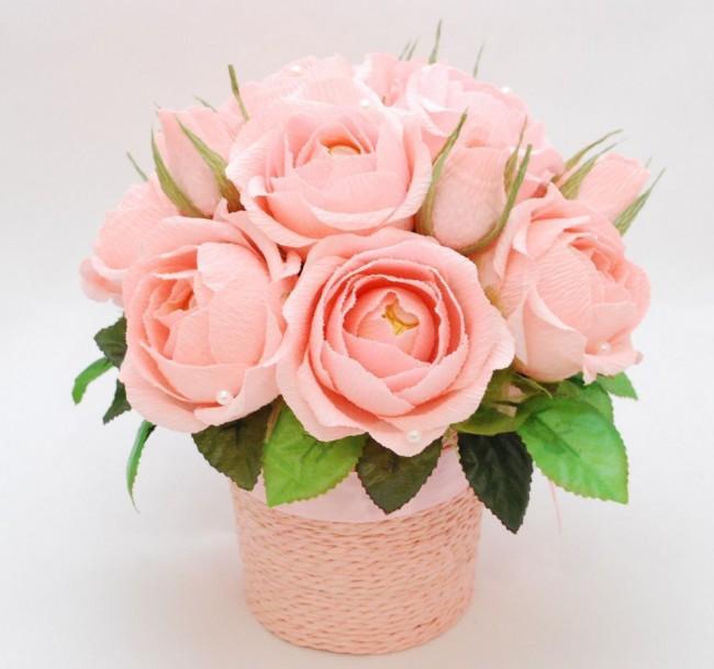 Нежно-розовые розочки с конфетами внутри бутонов