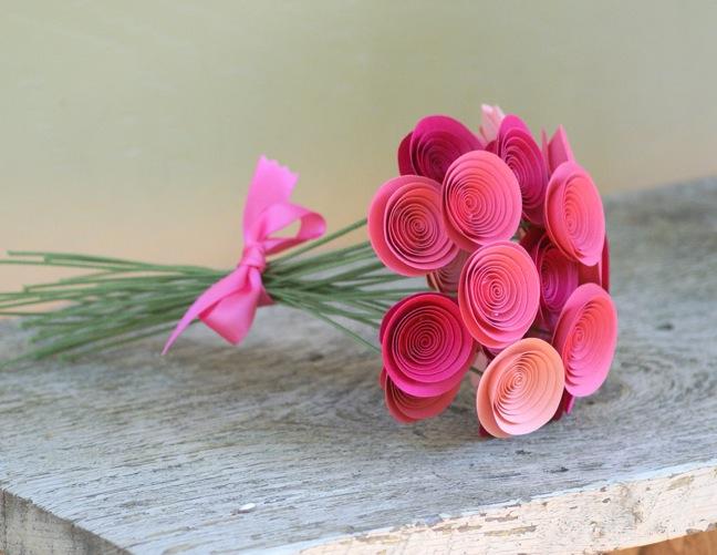 Красивый букет из нежных роз ручной работы