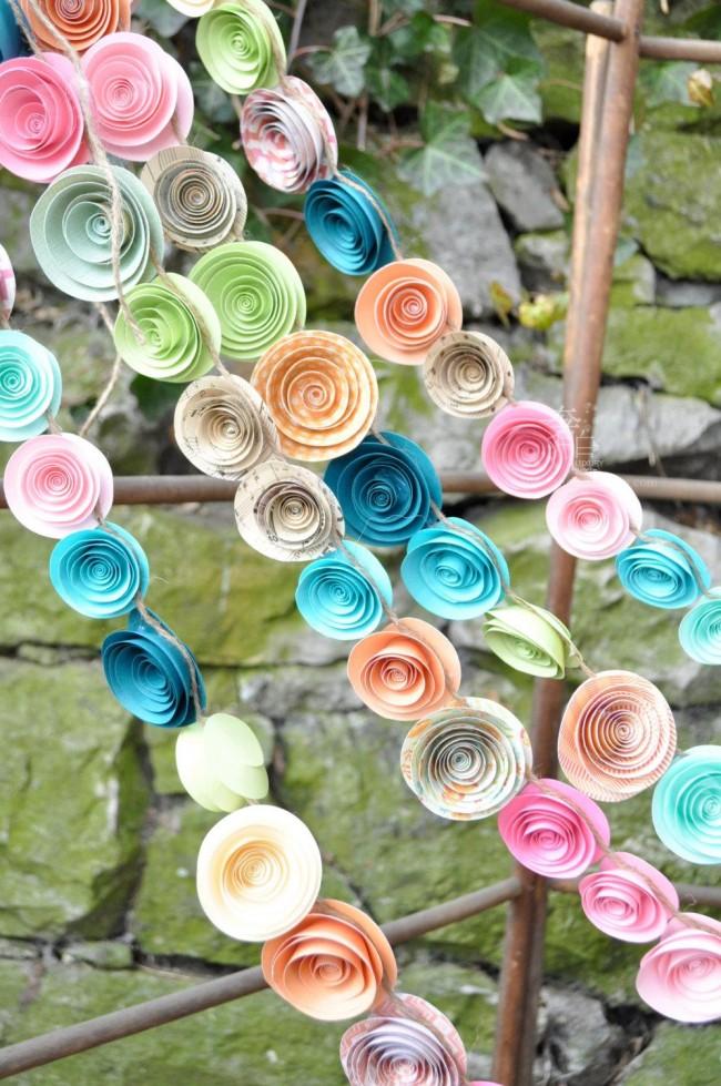 Яркая гирлянда из бумажных цветов