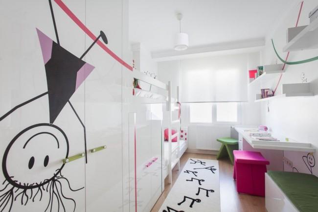 Узкая длинная детская комната с грамотно распланированным, хорошо освещенным рабочим местом и местами для хранения