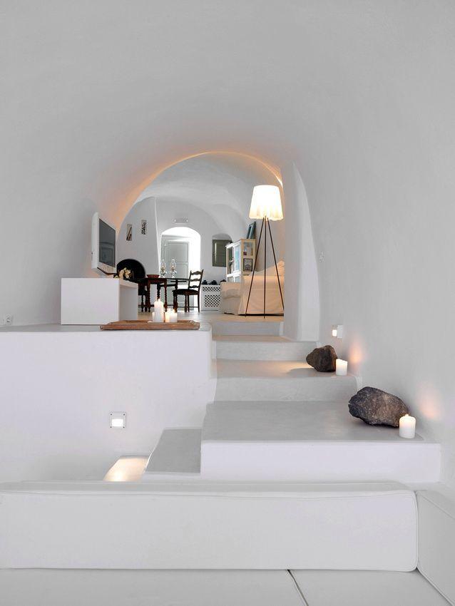 Обилие арок, белого цвета и сглаженные углы говорят о греческих мотивах средиземноморского стиля