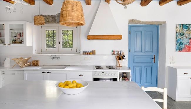 Бело-голубые тона кухни говорят о греческих мотивах