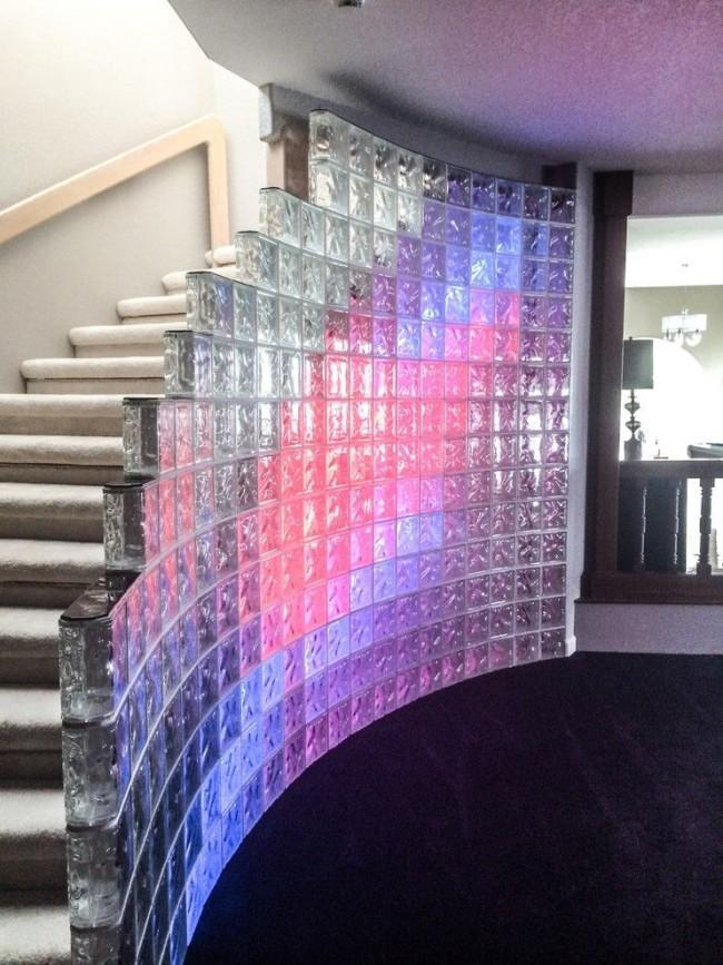 Лестница на второй этаж, украшенная стеклянной стеной