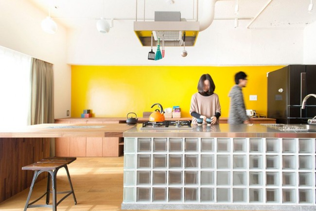 Использование стеклоблоков в интерьере кухни