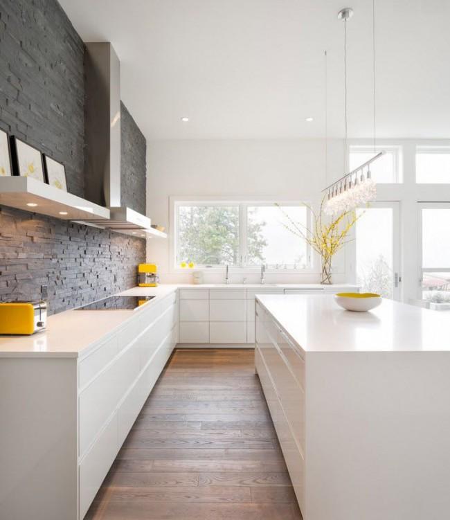 В большом помещении угловая кухня не уступает по красоте и удобству расположения рабочего треугольника