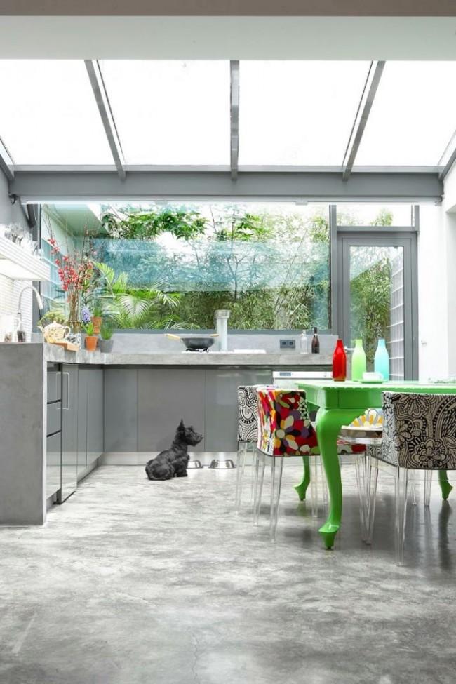 Максимально освещенная кухня с помощью окна у плиты и на потолке