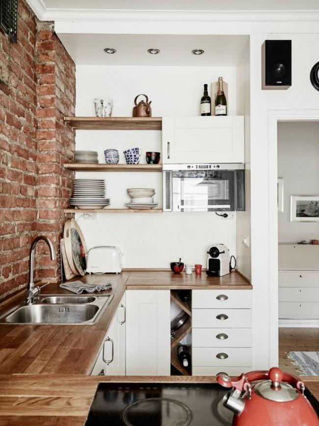 Небольшая П - образная кухонька , расположенная в нише
