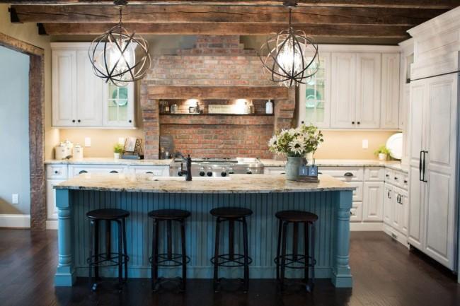Самый популярный дизайн угловой кухни — это наличие стола по серединке, в котором можно установить раковину, плиту либо просто оставить как дополнительную рабочую поверхность