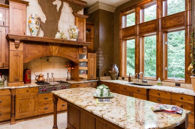Угловая кухня в природных оттенках, разъеденённая выступом в углу