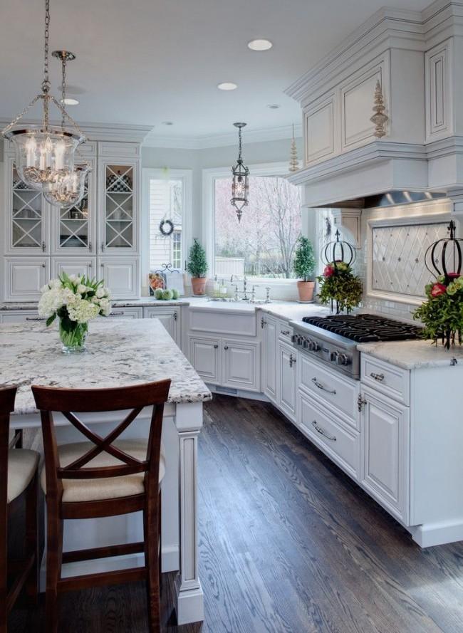Просторная светлая кухня с применением скошенного угла