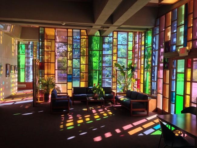 Витраж способен стать стержнем, вокруг которого может быть выстроен не только дизайн интерьера, но и экстерьер здания