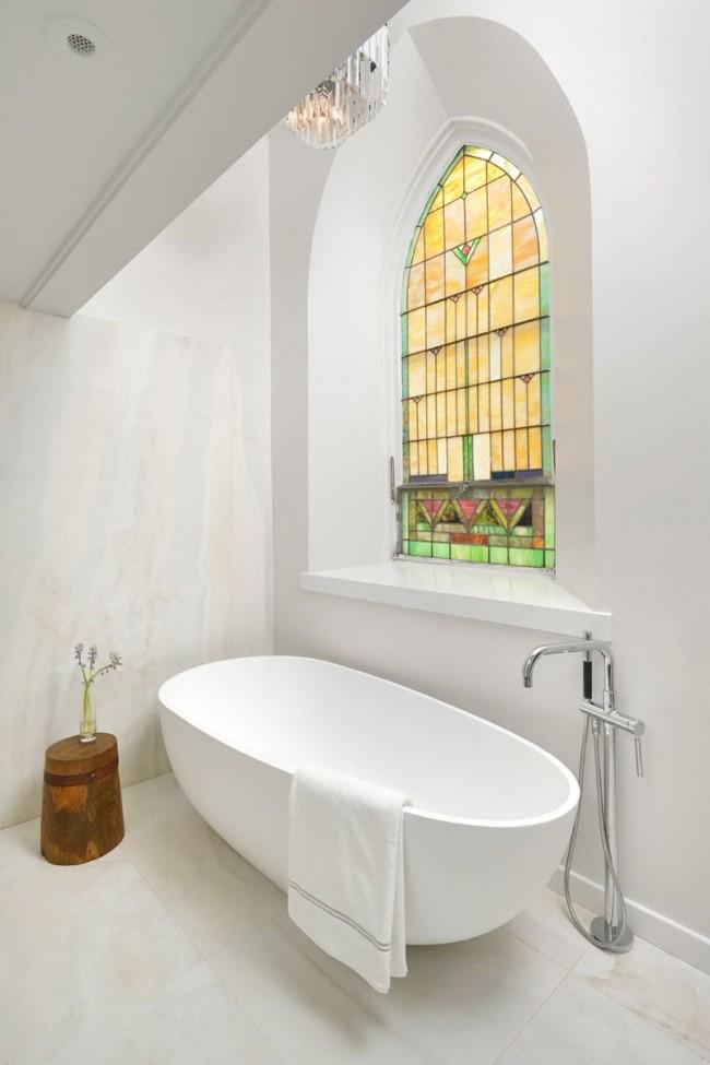 Заменить штору можно витражным окном
