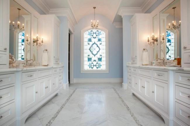 Окно с витражами нужной степени создает ощущение изолированности и подходит для дизайна любого помещения