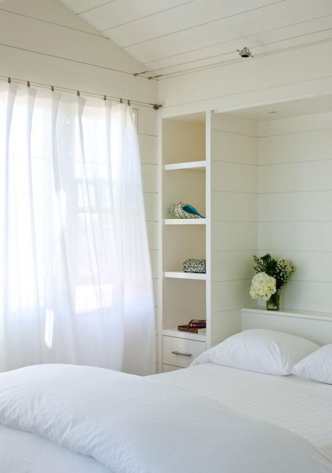 Нежная белая спальня с минимальным количеством мебели и предметов декора