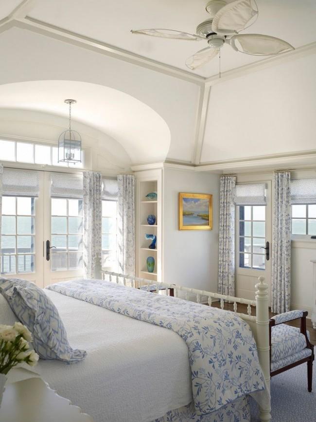 Интерьер загородого дома можно оформить и в морском направлении, в нежных голубых тонах