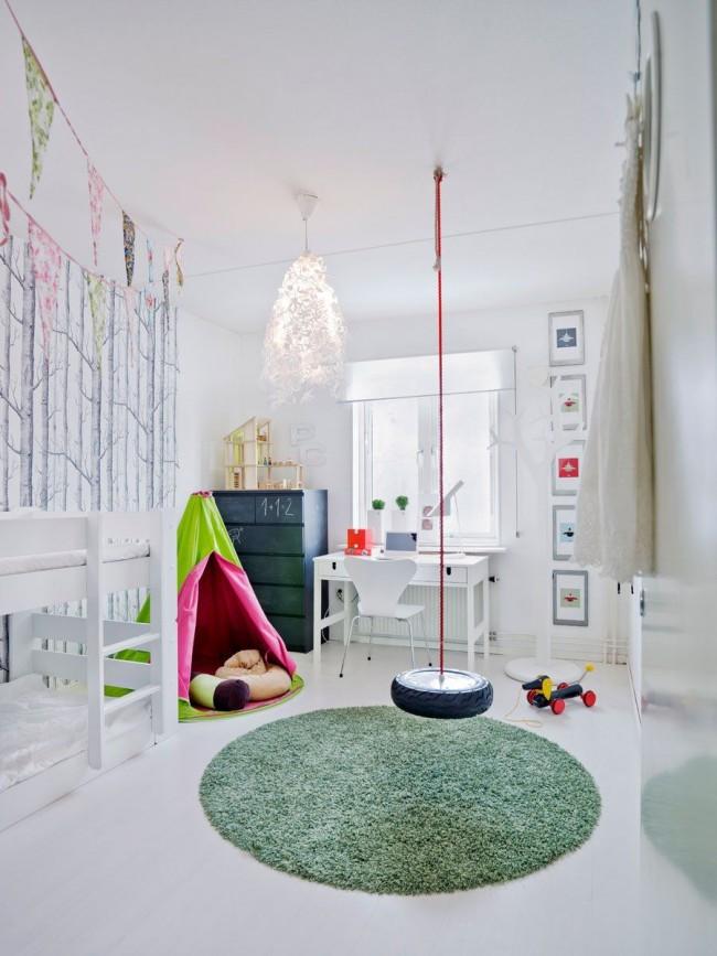 Детская комната в дачном домике с качелей
