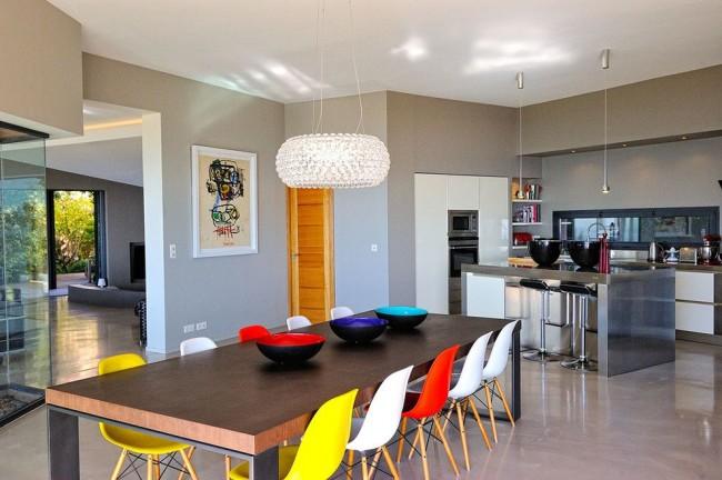 Просторная кухня - студия - самое удачное решение для загородного домика