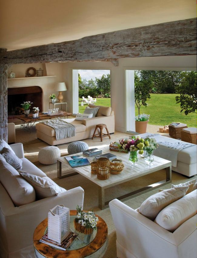 Летняя открытая терраса с камином и диванчиками для отдыха
