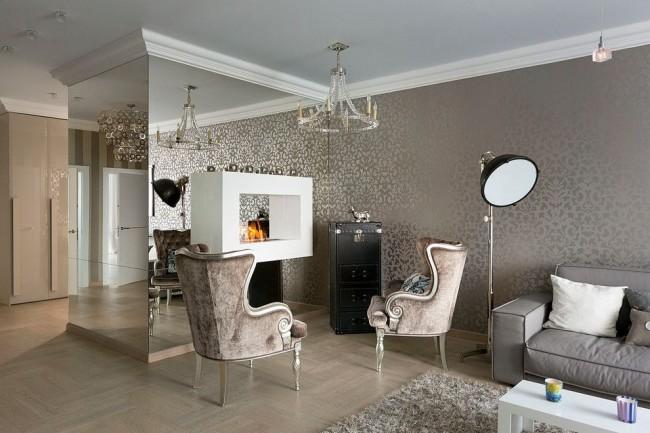 Зеркальные панели в классической гостиной