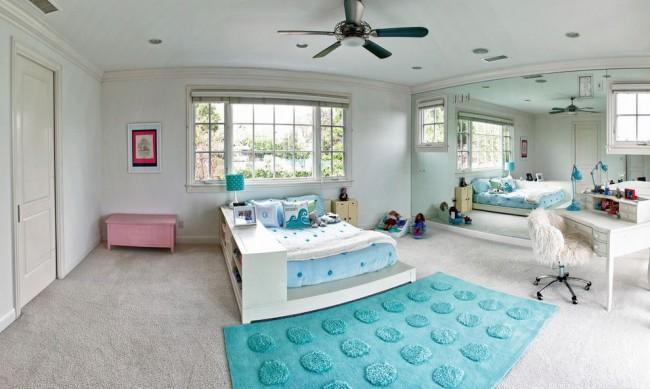 Детская комната с зеркальной стеной
