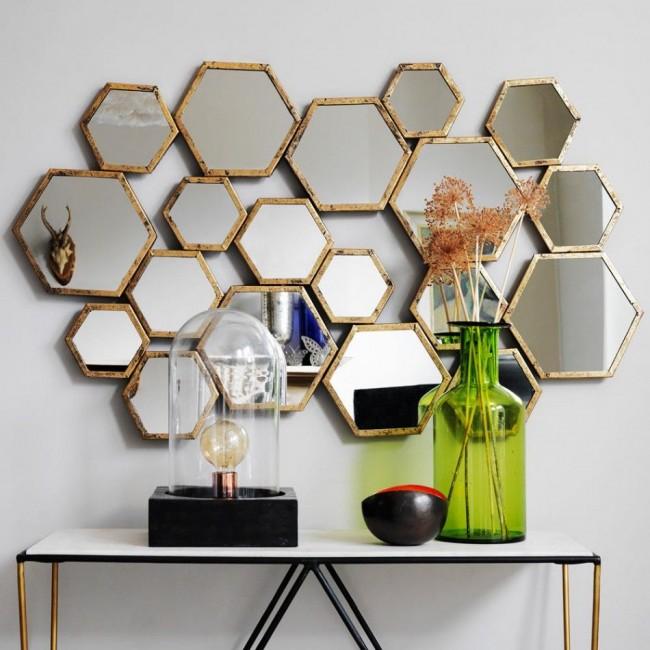 Стену в комнате с использованием зеркал можно украсить разными способами