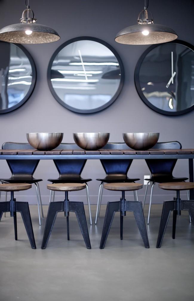 Bahagian dalaman bilik makan moden yang bergaya