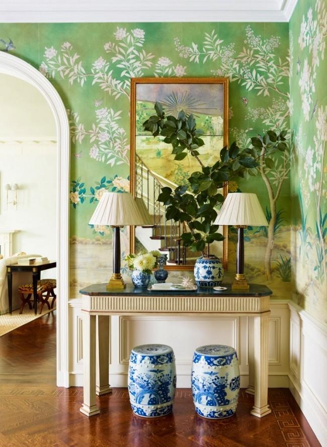 Красивый и практичный выбор матовых обоев с очень крупным растительным рисунком позволит удачно скрыть мелкие дефекты, от которых не удалось избавиться при подготовке стен