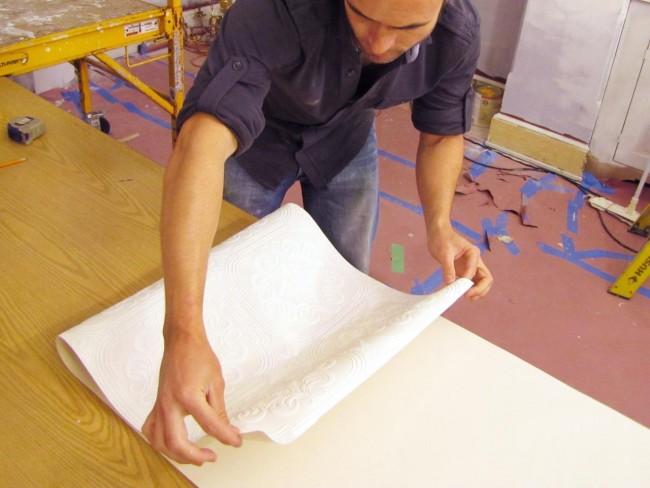 """Перед оклеиванием потолка рулон обязательно разматывают и складыват """"гармошкой"""""""