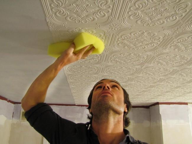 Легче всего оклеивать потолок втроем. Для потолка, так же, как и для стен, нужна предварительная разметка. Бумажные и виниловые обои промазываются клеем, а для флизелиновых этого делать не нужно, в этом случае обойным клеем промазывается только потолок
