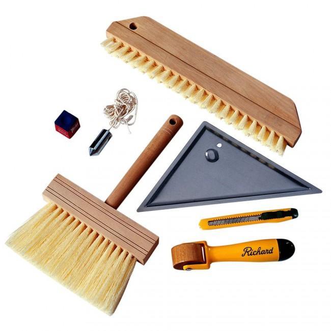 Отвес, широкая щетка для наклеивания (может понадобиться также и губка или валик), щетка для клея, шпатели, резак или ножницы - основной инструмент