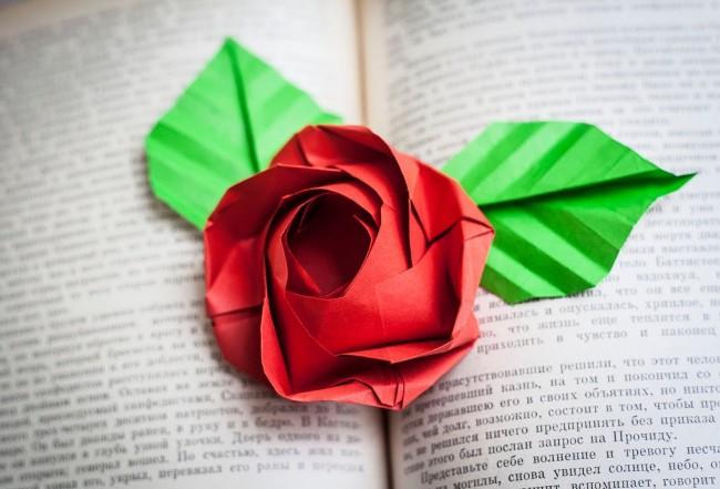 Роза из бумаги, созданная с помощью техники оригами